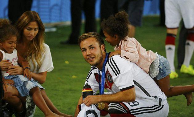 Mario Götze s přítelkyní Kathrin Brommelovou a dcerami Jeromeho Boatenga Soley a Lamiou.