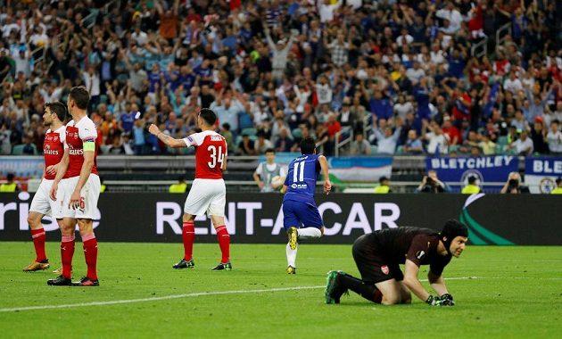Gólman Arsenalu Petr Čech právě inkasoval gól ve finále Evropské ligy od Pedra z Chelsea.