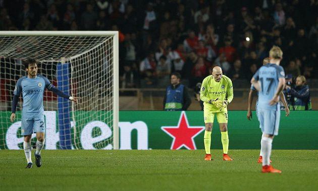 Brankář Manchesteru City Willy Caballero hecuje spoluhráče po inkasovaném gólu proti Monaku.