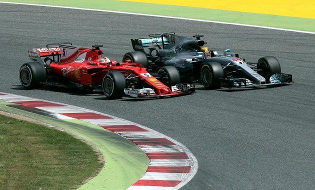 Lewis Hamilton a Sebastian Vettel. Bitva o první místo ve Španělsku.