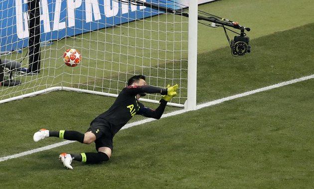 Brankář Tottenhamu Hugo Lloris neměl proti penaltě liverpoolského Mohameda Salaha nárok.
