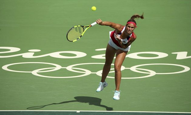Portoričanka Monica Puigová servíruje proti Petře Kvitové.