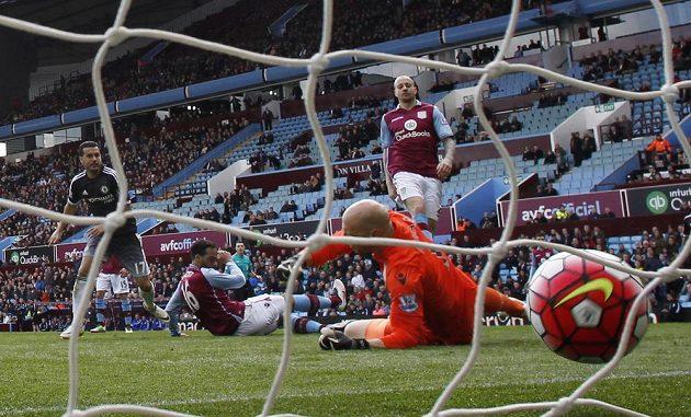 Pedro překonává gólmana Aston Villy Guzana.
