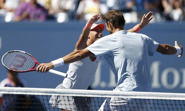 Andrea Hlaváčková a Max Mirnyj se radují z finálového vítězství ve smíšené čtyřhře na tenisovém US Open.