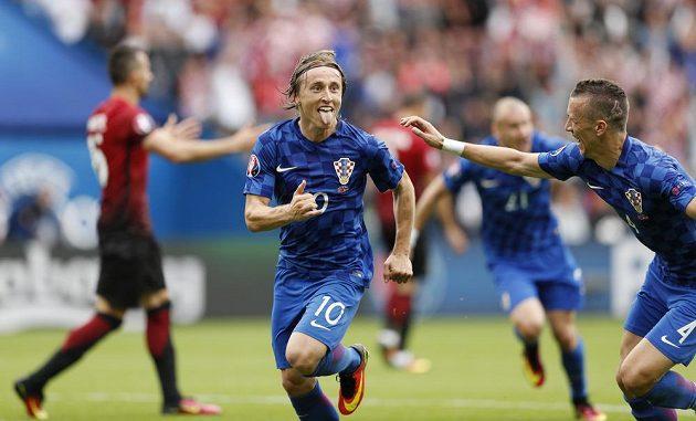 Chorvatský záložník Luka Modrič oslavuje svůj výstavní gól do sítě Turecka.
