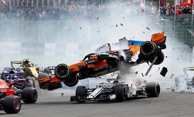 Start formule 1 v Belgii byl hodně napínavý. Fernando Alonso a Charles Leclerc měli problém už po pár metrech.