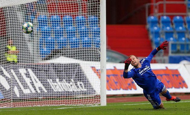 Brankář Bohemians Roman Valeš dostává gól.