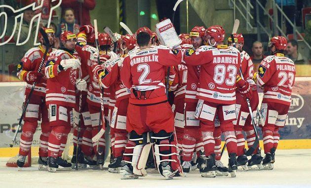 Třinečtí hráči se radují z vítězství v pátém čtvrtfinále nad Mladou Boleslaví.