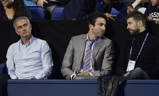 Start Turnaje mistrů si nenechali ujít ani kouč Manchesteru Unite José Mourinho (vlevo) či barcelonský Gerard Piqué (vpravo).