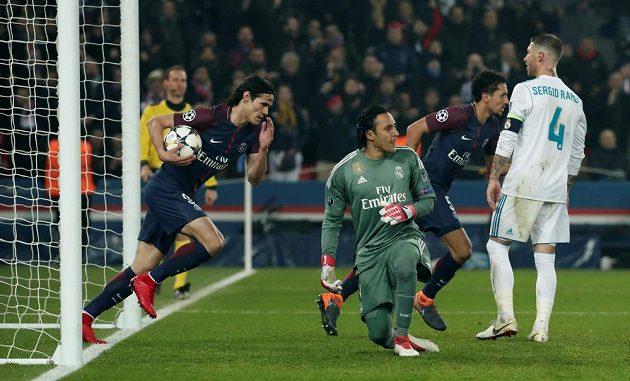 Edinson Cavani z PSG spěchá s míčem do středového kruhu poté, co vyrovnal stav utkání s Realem Madrid na 1:1.