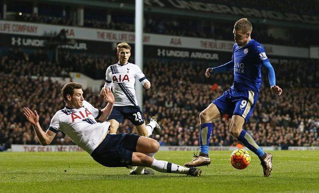 Kanonýr Leicesteru Jamie Vardy v souboji s obranou Tottenhamu.