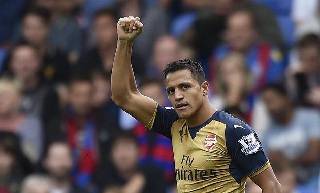 Alexis Sanchez jásá poté, co si Damien Delaney z Crystal Palace dal vlastní gól.