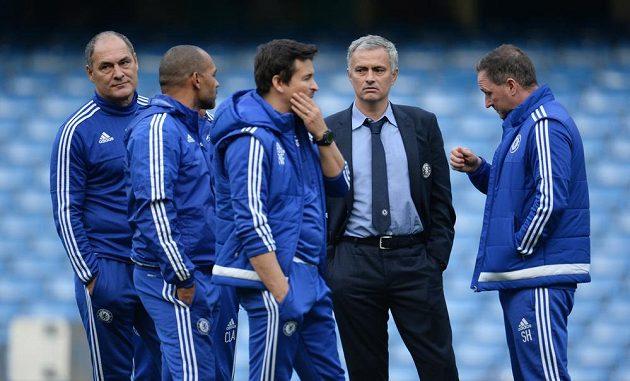 Realizační tým Chelsea včetně Josého Mourinha debatoval po utkání s Liverpoolem ve středovém kruhu na Stamford Bridge.