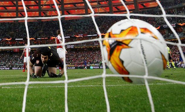 Petr Čech inkasuje ve finále Evropské ligy druhý gól.