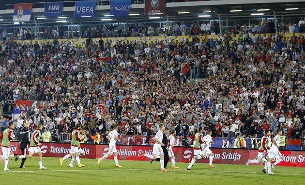 Fotbalisté Albánie běží do šaten, zápas byl přerušen.