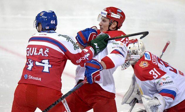 Český útočník Milan Gulaš a Rus Maxim Chudinov.