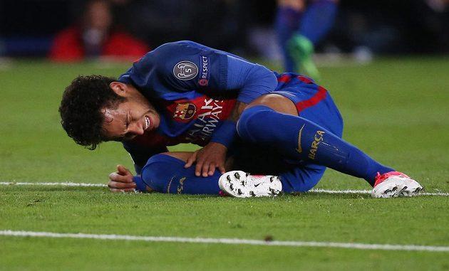 Barcelonský Neymar se svíjí v bolestech během odvetného čtvrtfinále Ligy mistrů s Juventusem.