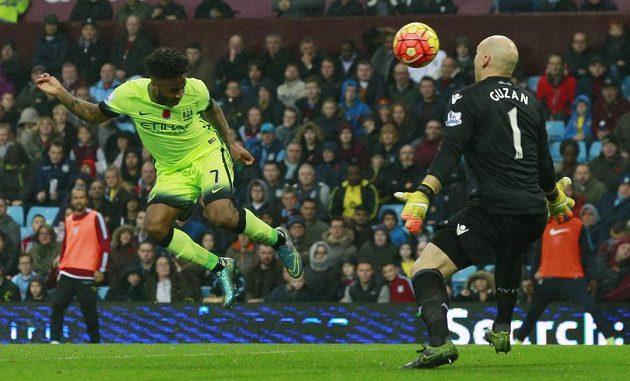 Raheem Sterling z Manchesteru City hlavičkoval v obrovské šanci jen do hlavy brankáře Aston Villy Brada Guzana.