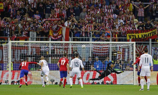 Míč po pokutovém kopu Antoina Griezmanna z Atlétika Madrid trefil břevno Navasovy brány ve finále Ligy mistrů