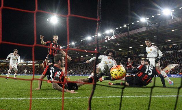 Marouane Fellaini (uprostřed v bílém) z Manchesteru United vyrovnává na 1:1.