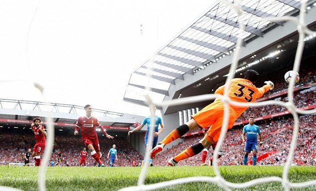 Petr Čech (v brance) z Arsenalu inkasuje gól od Roberta Firmina (druhý zleva) z Liverpoolu.