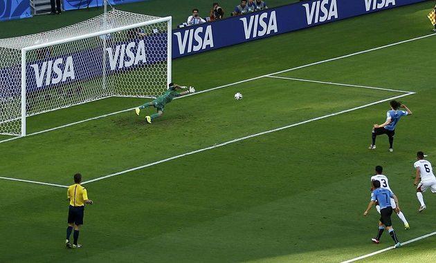Edinson Cavani z Uruguaye otevírá z penalty skóre zápasu s Kostarikou.