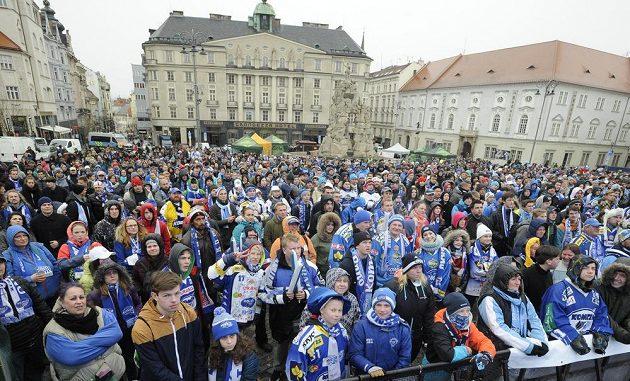 Fanoušci Komety sledují čtvrtý finálový zápas na obřích obrazovkách instalovaných na Zelném trhu v Brně.