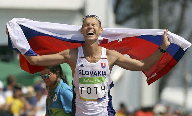 Slovenský chodec Matej Tóth slaví olympijské zlato.