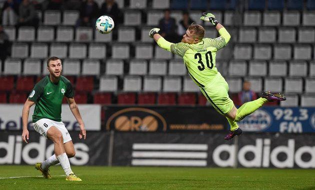 Zleva Marek Kysela z Jablonce a brankář Jablonce Vlastimil Hrubý během utkání s Olomoucí..