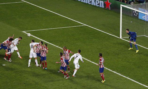 Takhle Sergio Ramos z Realu hlavou překonal brankáře Thibauta Courtoise z Atlétika a vyrovnal stav finále LM.