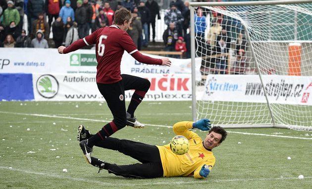 Michal Horňák ze Sparty a brankář Radek Černý ze Slavie během tradičního Silvestrovského derby.