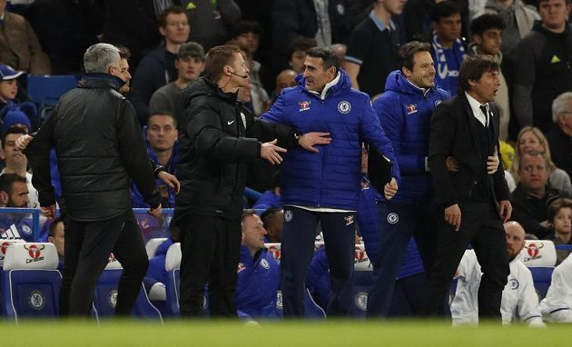 Až ostatní členové realizačního týmu Chelsea museli odtáhnout horkokrevného trenéra Antonia Conteho (vpravo) od Josého Mourinha.