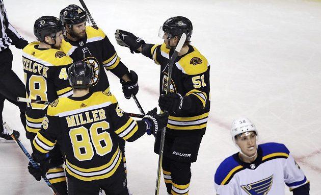 Hokejisté Bostonu i s Davidem Krejčím (46) se radují z první trefy v utkání se St. Louis.