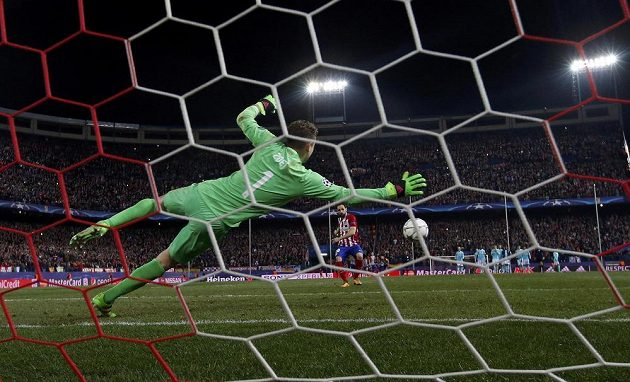 Obránce Atlétika Madrid Juanfran překonává v osmé sérii penaltového rozstřelu brankáře PSV Jeroena Zoeta a posílá Rojiblancos do čtvrtfinále LM.