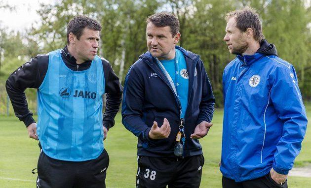 Nový trenér Karel Havlíček (uprostřed) a jeho asistenti Marek Kulič (vlevo) a Michal Šmarda (vpravo) vedli poprvé trénink královéhradeckých fotbalistů.