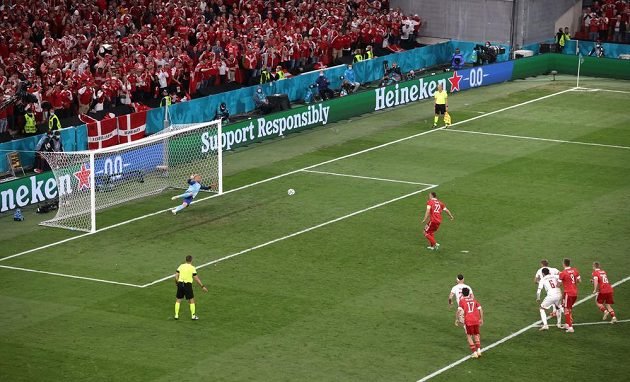 Rus Artěm Dzyuba střílí penaltu proti Dánsku.