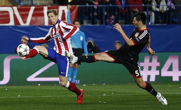 Útočník Atlétika Madrid Fernando Torres (vlevo) a Emir Spahič z Leverkusenu v odvetném osmifinálovém duelu Ligy mistrů.