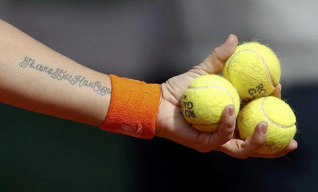 Detail tetované paže ruské tenistky Světlany Kuzněcovové, která se utkala ve 3. kole Roland Garros s Petrou Kvitovou.