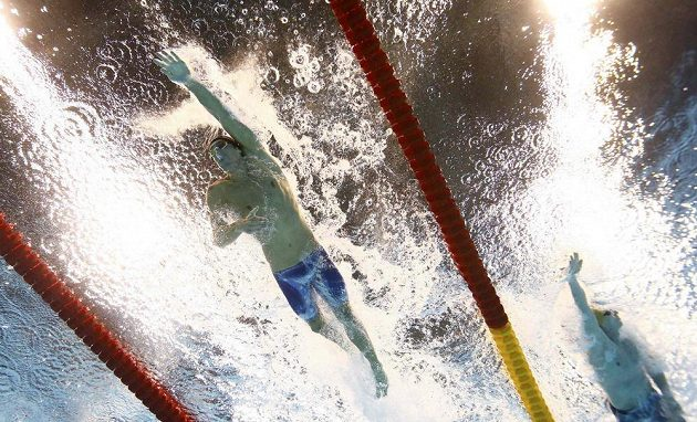 Američan Michael Phelps během svého úseku.