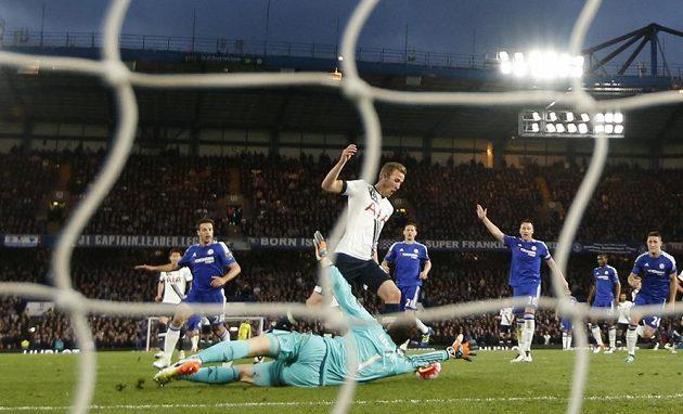Harry Kane z Tottenhamu takhle překonával brankáře Chelsea Asmira Begoviče.