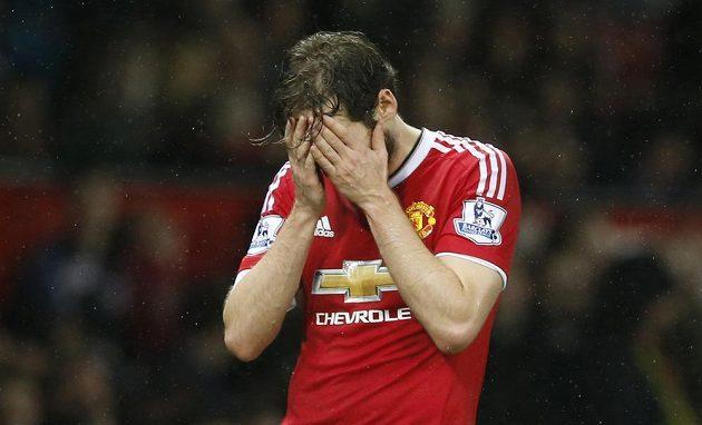 Zklamaný obránce Manchesteru United Daley Blind po porážce od Norwiche.