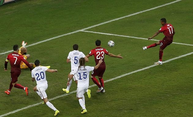 Portugalec Nani (zcela vpravo) střílí gól proti USA.