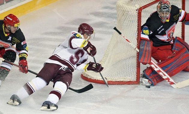 Tomáš Rolinek ze Sparty (v bílém) se snaží překonat gólmana Hradce Pavla Kantora.