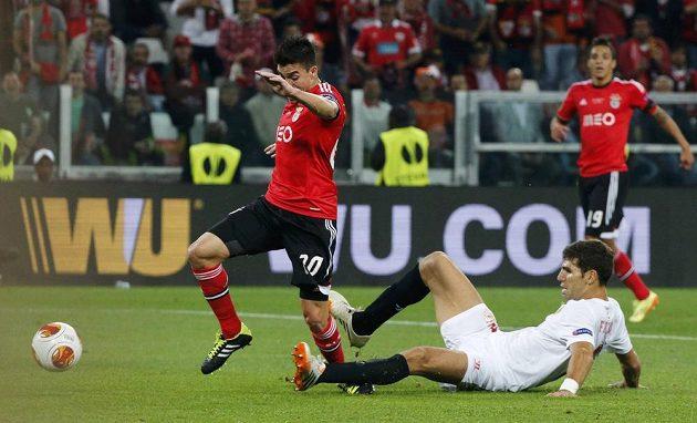 Situace ze závěru první půle. Sevillský Federico Fazio zastavuje Nicolase Gaitana z Benfiky. Lisabonští chtěli penaltu, ale asi by byla hodně přísná.