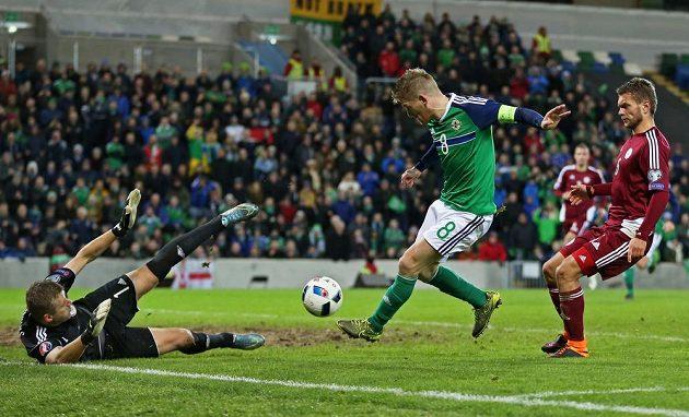 Steven Davis střílí vítězný gól Severního Irska v utkání proti Lotyšsku.