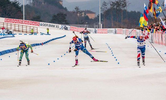 Gabriela Koukalová (uprostřed) ve finiši štafety v Pchjingčchangu.