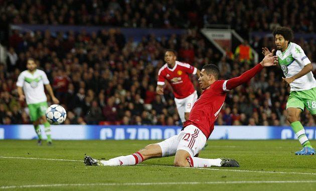 Chris Smalling střílí druhý gól Manchesteru United v utkání Ligy mistrů proti Wolfsburgu.