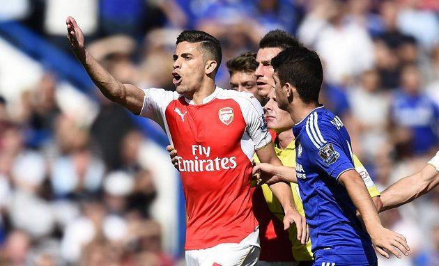 Fotbalista Arsenalu Gabriel Paulista se rozčiluje v duelu proti Chelsea poté, co uviděl od rozhodčího červenou kartu.