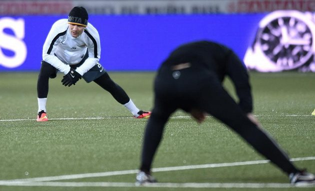 Sparťanský útočník David Lafata (vlevo) trénuje na stadiónu Young Boys. Nastoupí do čtvrtečního zápasu?