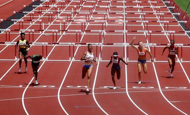 Finálový závod na 100 metrů překážek žen. Třetí zleva vítězná Portoričanka Camacho-Quinnová.